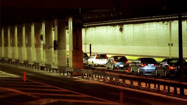 Autos bei der Einfahrt in den Gotthard-Tunnel