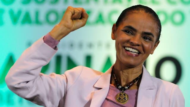 Marina Silva erhebt siegessicher die Faust nach einer Wahlkampfrede.