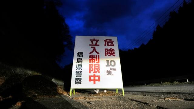 «Gefahr im Umkreis von 10 Kilometern» steht auf einem Schild in der Präfektur Fukushima.