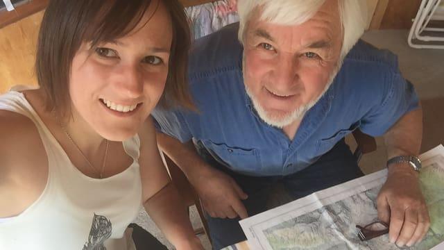 Fabia Caduff e Dario Clavuot studegian cartas geograficas