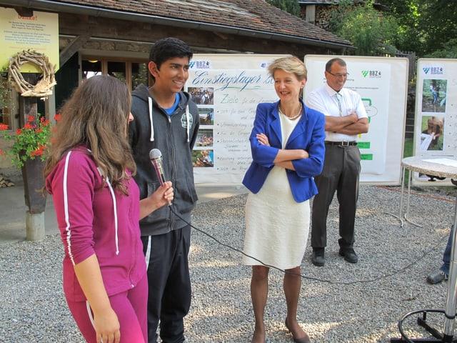 Bundesrätin Sommaruga im Gespräch mit Jugendlichen.
