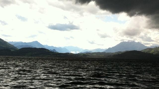 Dicke Regenwolken lagen am Sonntagnachmittag über dem Zugersee.