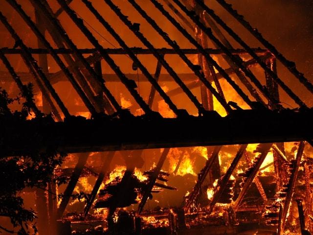Nahaufnahme vom brennenden Dachstuhl.