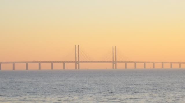 Die schwedische Öresundbrücke bei Sonnenuntergang.