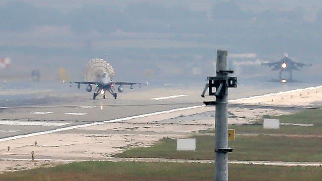 Zwei Kampfjets der türkischen Luftwaffe auf einer Flughafenbahn