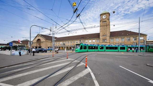 Badischer Bahnhof mit Vorplatz.