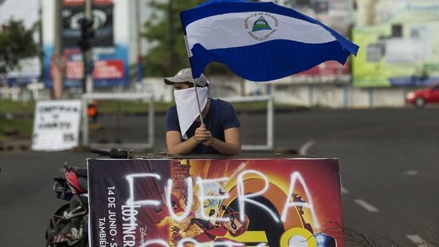 Ein Demonstrant mit einer Flagge Nicaraguas