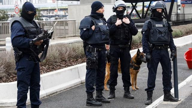 Spezialists da la polizia han drizzà en ina zona da segirezza ed examineschan il lieu da la sajettada.