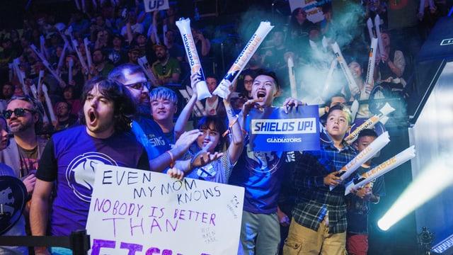 Die E-Sport Fans feuern ihre Helden an.