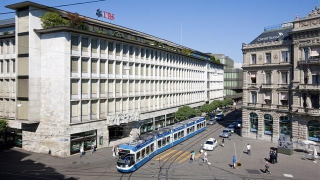 sanester in grond bajetg da banca, l'UBS, dretg il bajetg da la banca CS, entamez in tram blau da Turitg