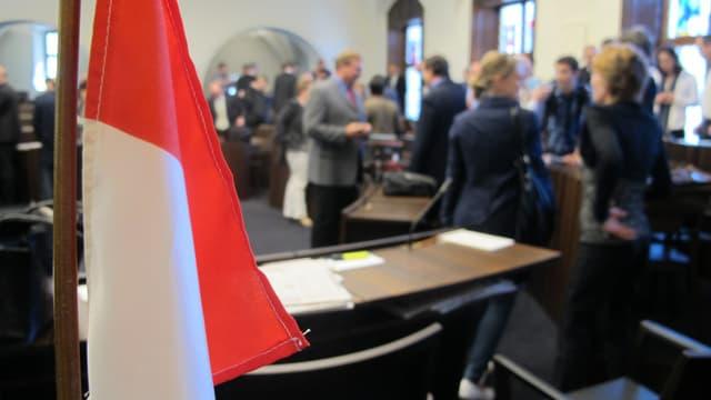 Kantonsratssaal mit Solothurner Fahne im Vordergrund