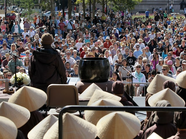 Buddhistischer Führer vor Publikum