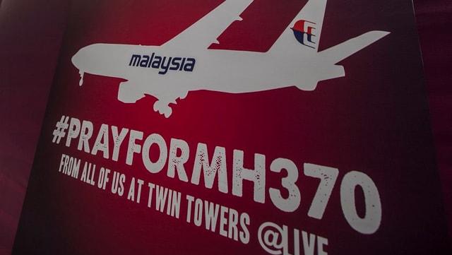Plakat mit der Aufschrift «Pray for MH370».