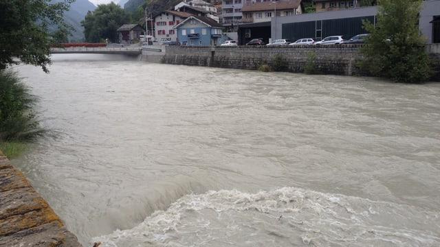 Der Fluss führt viel gräuliches Wasser.