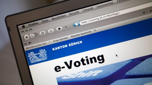 purtret d'in laptop, inscripziun e-voting.
