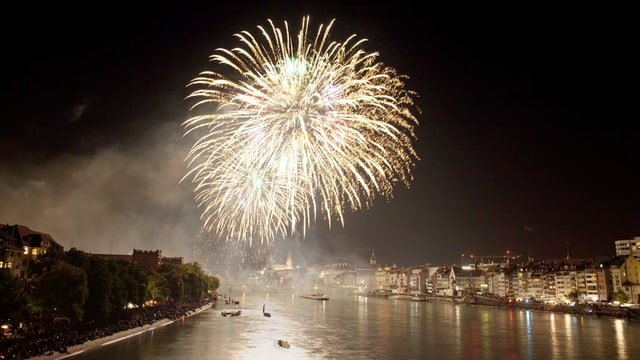 Feuerwerk über dem Rhein in Basel
