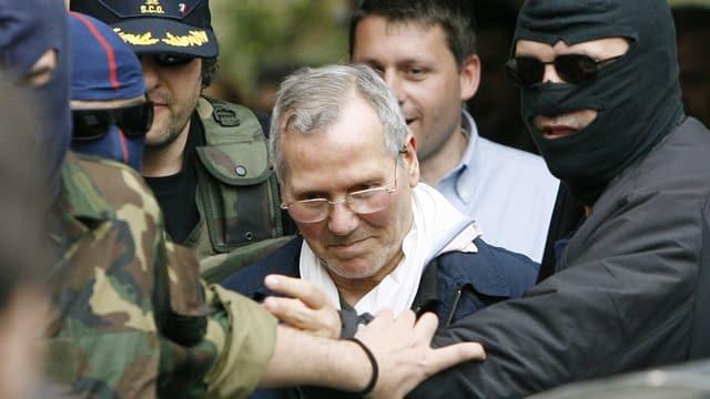 Bernardo Provenzano en ils mauns da la polizia.