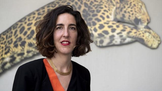Lili Hinstin vor dem Bild eines Leoparden