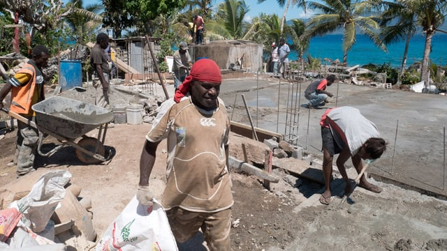 Die Einwohner von Nekapa bauen gemeinsam an ihrer neuen Kirche.