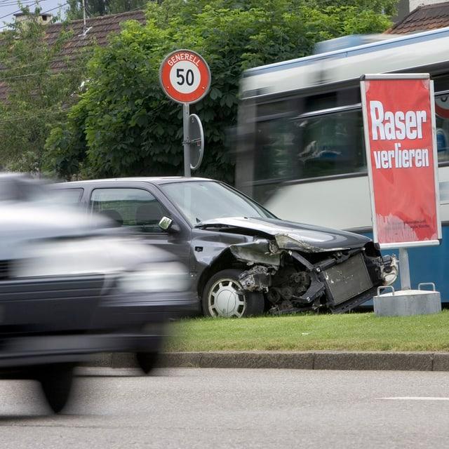 Kampagne der Polizei: Kaputtes Auto und «Raser verlieren»-Plakat.