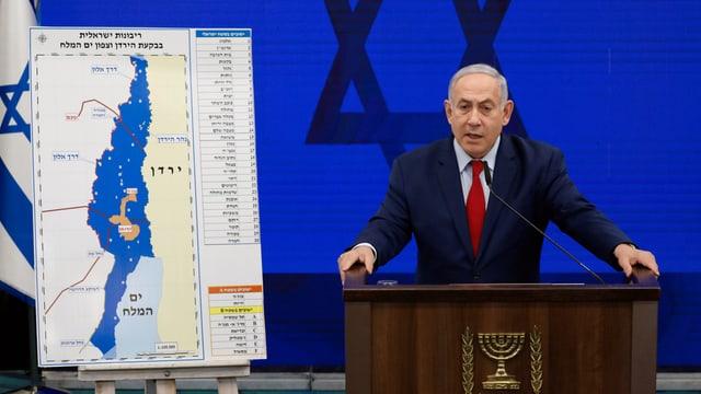 Benjamin Netanjahu neben einer Karte des Jordantals