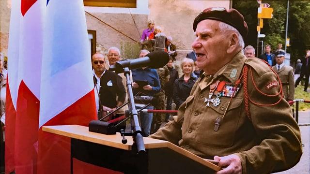 Mann in Soldatenuniform an Rednerpult