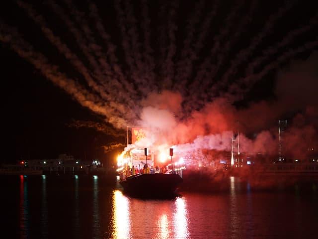 Auf einem Schiff gezündetes Feuerwerk