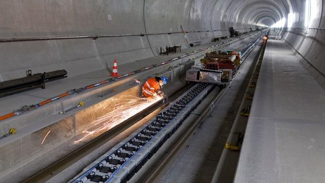 Bahninfrastruktur in einem Tunnel.
