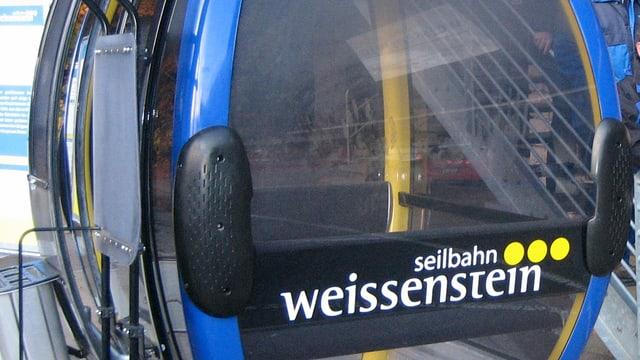 Eine Gondel mit dem Logo der Seilbahn Weissenstein AG.