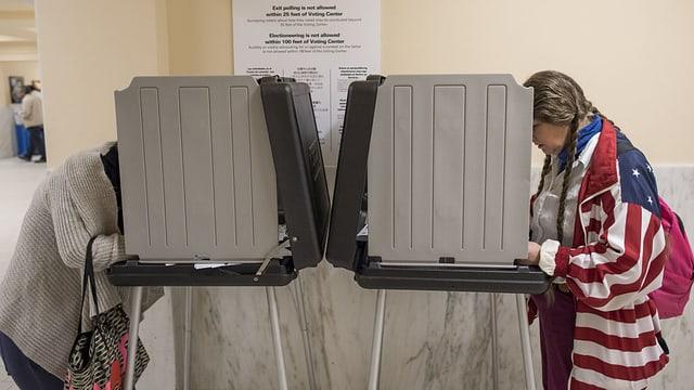 Zwei Frauen stimmen ab.