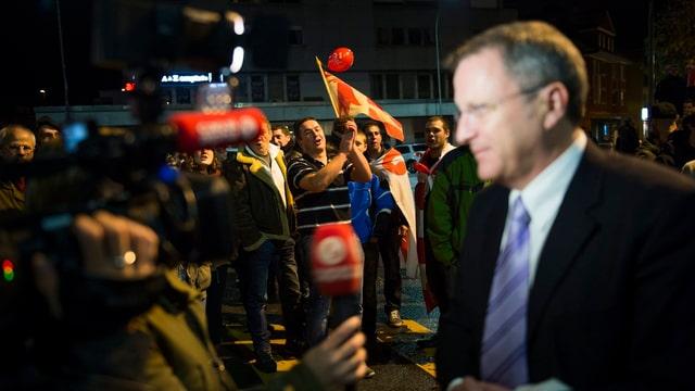 Maxime Zuber, Stadtpräsident von Moutier, im Blitzlichtgewitter der Journalisten.