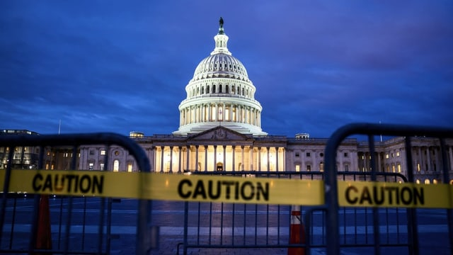 Capitol a Washington en il stgir davant serrà la via cun in bindel ch'igl è scrit si «caution».