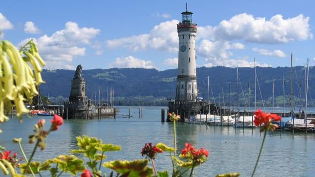 Blick auf die Hafeneinfahrt in Lindau mit Leuchtturm und Denkmal.
