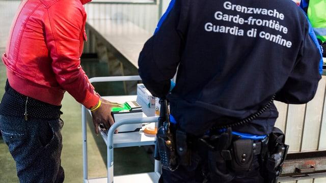 guardia cunfin e requirent d'asil
