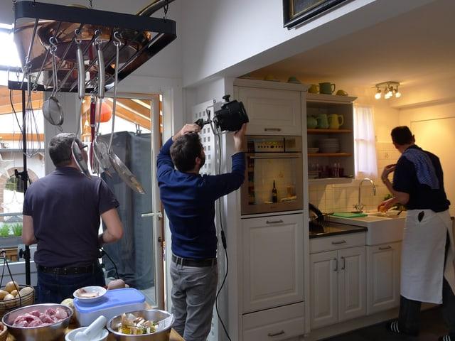 Fernsehteam sucht sich Platz in der Küche.