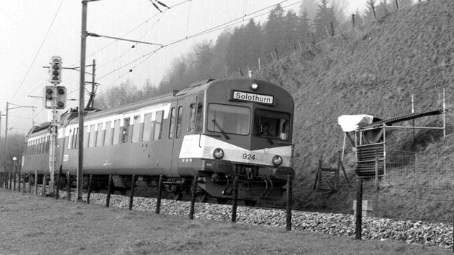 Die Solothurn-Moutier-Bahn in voller Fahrt (Schwarz-weisses Archivbild vom Dezember 1995).