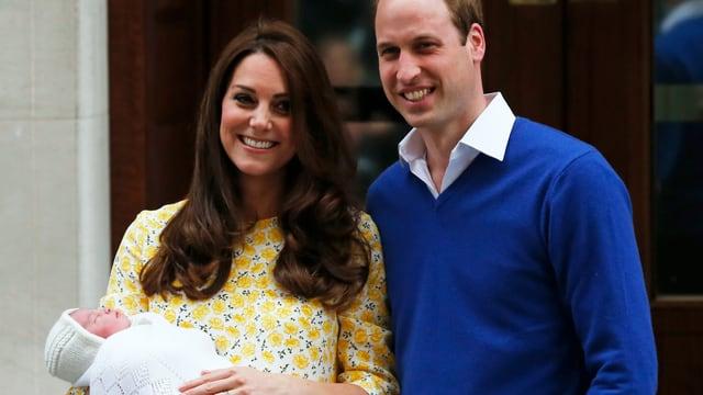 Kate und William posieren für die Fotografen mit Prinzessin Charlotte