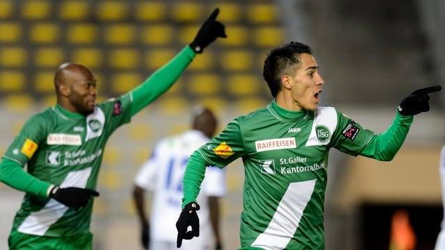 Die St. Galler Spieler Franck Etoundi und Ezequiel Oscar Scarione im Torjubel.