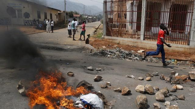 (maletg simbolic) Perditgas din che l'auto da Nshimirimana saja vegnì attatgà cun granatas da murter.