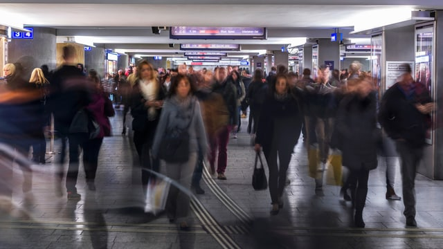 Pendler am Bahnhof Bern