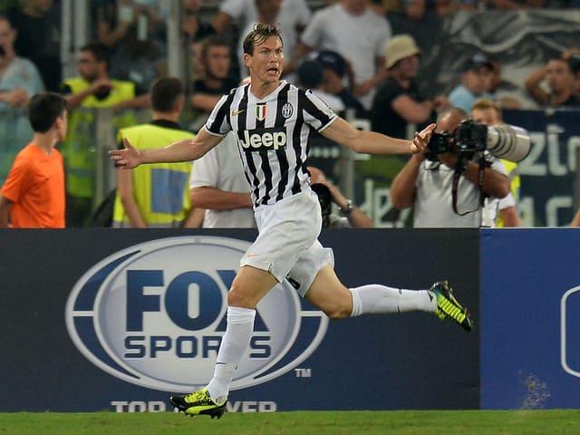 Der 29-jährige Zentralschweizer steigt in seine 3. Saison mit Juventus Turin. Der Aussenverteidiger gehört bei der «Alten Dame» zum Stamm und feierte schon 4 Titel mit dem amtierenden italienischen Meister.