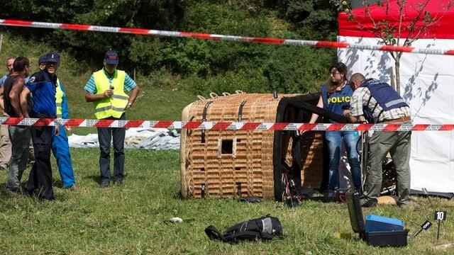 Polizisten an Trümmern eines abgestürzten Ballons.