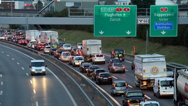 Autobahn A1 Richtung Zürich Flughafen mit Stau. Die Gegenfahrbahn ist frei.