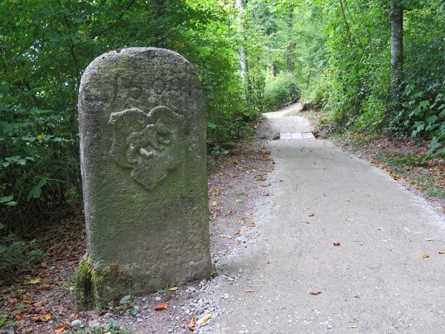 Grenzstein an Spazierweg mit Berner Wappen
