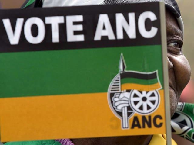 Eine Frau mit einem Fähnchen des ANC.
