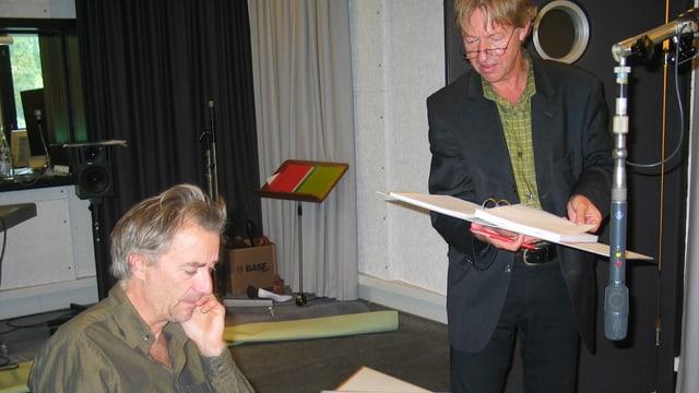 Ueli Jäggi und Fritz Zaugg im Hörspielstudio bei Aufnahmen.