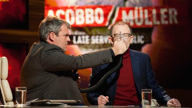 Mike hält Viktor ein Beatmungsgerät vor den Mund und pumpt mit einer Pumpe.