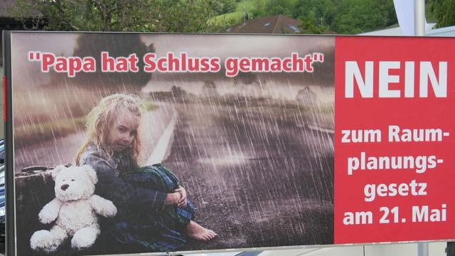 Wahlplakat mit verlassenem Mädchen.