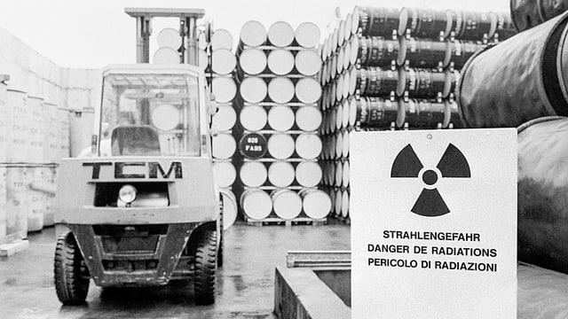 Fässer und Behälter mit schwach radioaktiven Abfällen im EIR