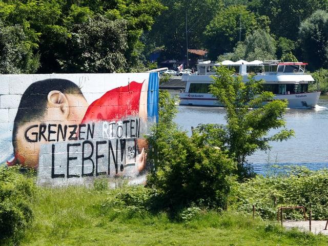 Das Graffiti zeigt den toten Flüchtlingsjungen Aylan.